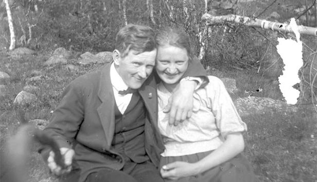 oldest-selfie-stick-photo-found-1934-self-portrait