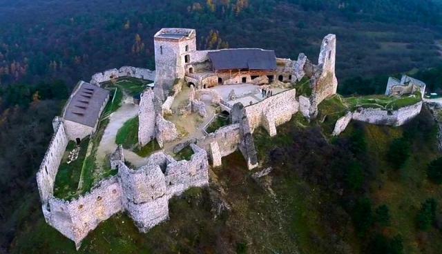 Elizabeth-Bathory-Countess-of-Blood-Čachtický-hrad-Cachtice-castle-4